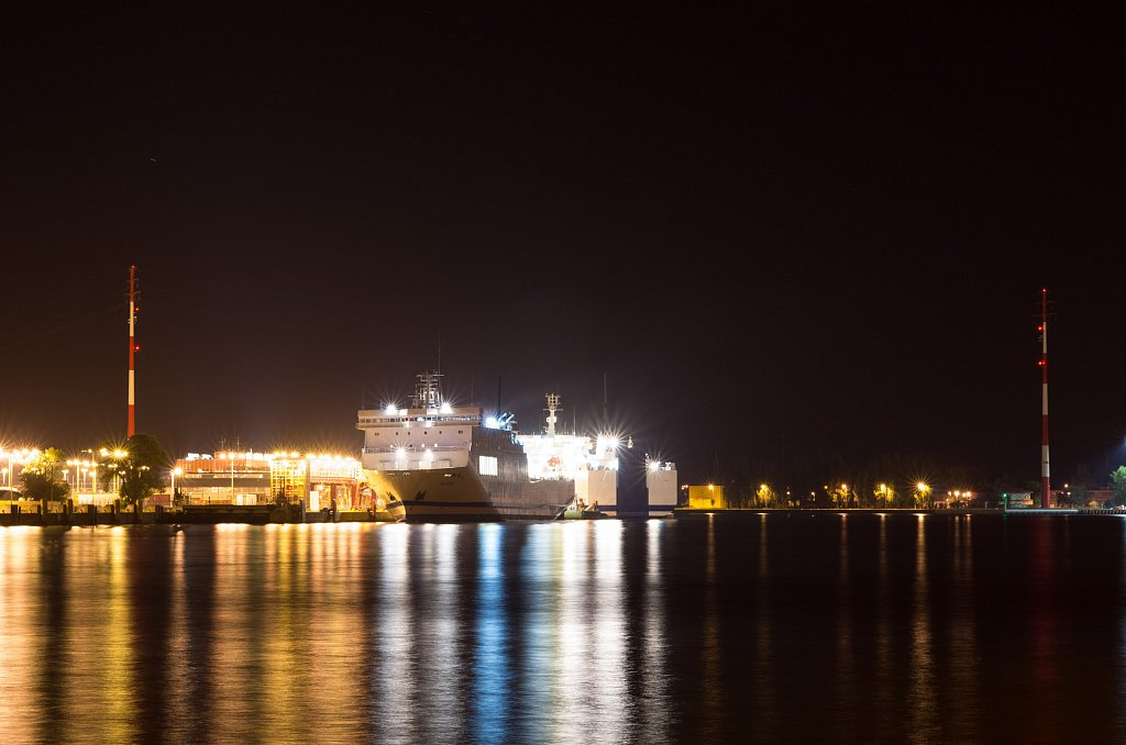 Containerschiff in Świnoujście